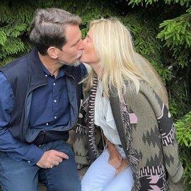 Το καυτό φιλί της Μαρί Σαντάλ στον πρίγκιπά της Παύλο - Καθιστοί στο παγκάκι των ερωτευμένων (φωτό) - Κυρίως Φωτογραφία - Gallery - Video