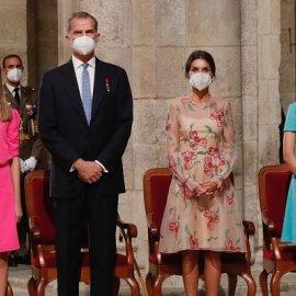 Βασίλισσα Λετίσια: Το ρομαντικό φόρεμα, οι φούξια πινελιές - αξεσουάρ που τονίζουν την θηλυκότητα - κομψές & οι πριγκίπισσές της (φωτό & βίντεο) - Κυρίως Φωτογραφία - Gallery - Video