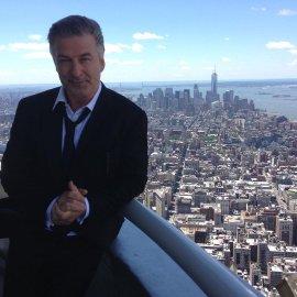 Σοκ στο Χόλιγουντ: Ο Άλεκ Μπόλντουιν πυροβόλησε & σκότωσε στα γυρίσματα ταινίας τη διευθύντρια φωτογραφίας - Τραυμάτισε τον σκηνοθέτη (βίντεο) - Κυρίως Φωτογραφία - Gallery - Video