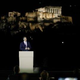 Στα λευκά με κάπα ντύθηκε η Μαρέβα - Άσπρο κοστούμι η Πρόεδρος της Δημοκρατίας- Με φόντο την Ακρόπολη λουσμένη στο νέο της φως ο Μητσοτάκης (φωτό)  - Κυρίως Φωτογραφία - Gallery - Video